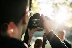 Lanzamientos del fotógrafo en la cámara de Canon en verano imagen de archivo libre de regalías