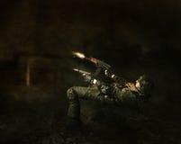 Lanzamientos del guerrero del militar a partir de dos armas Imagen de archivo