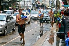 Lanzamientos del turista de su arma de agua Fotos de archivo
