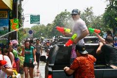 Lanzamientos del turista de su arma de agua Imágenes de archivo libres de regalías