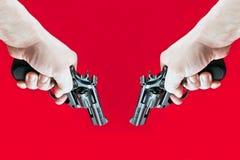 Lanzamientos hacia fuera dos revólveres Imagen de archivo libre de regalías