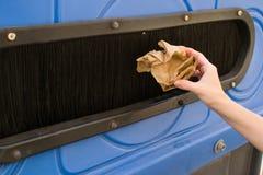 Lanzar un envase de reciclaje de papel Fotografía de archivo