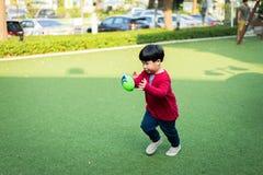 Lanzar una bola de rugbi foto de archivo libre de regalías