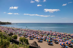 LANZAROTE, CANÁRIO ISLANDS/SPAIN - 30 DE JULHO: Povos que relaxam na fotos de stock