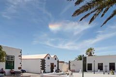 LANZAROTE, CANARINO ISLANDS/SPAIN - 9 AGOSTO: Piccola nuvola dell'arcobaleno Immagine Stock