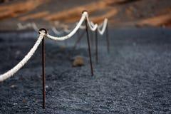 Lanzarote, détail de corde de borne dans le bea volcanique images stock