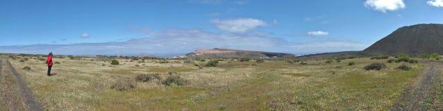 Lanzarote del noroeste con el volcán Monte Corona imagenes de archivo