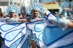LANZAROTE, ESPAÑA - 14 DE FEBRERO: Mujeres en trajes en el carnaval adentro Foto de archivo libre de regalías