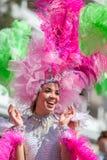 LANZAROTE, ESPAÑA - 14 DE FEBRERO: Mujeres en trajes en el carnaval adentro Imagen de archivo libre de regalías
