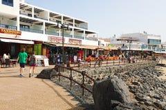 LANZAROTE, ESPANHA - 18 DE ABRIL DE 2018: Turistas que andam no passeio do BLANCA de Playa, Lanzarote, Ilhas Canárias, Espanha fotos de stock