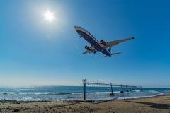 Lanzarote, il 3 aprile 2015, atterraggio del volo di Ryanair sopra l'oceano Fotografia Stock Libera da Diritti