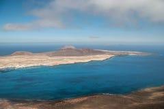 LANZAROTE KANARIEFÅGEL ISLANDS/SPAIN - AUGUSTI 9: Sikt av Isla Gracio arkivbild