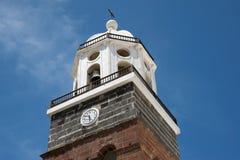 LANZAROTE KANARIEFÅGEL ISLANDS/SPAIN - AUGUSTI 9: Torn för kyrklig klocka I royaltyfria foton