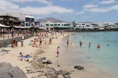 LANZAROTE KANARIEFÅGEL ISLANDS/SPAIN - AUGUSTI 2: Tycka om för folk arkivbilder