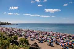 LANZAROTE KANARIEFÅGEL ISLANDS/SPAIN - JULI 30: Folk som kopplar av på a arkivfoton