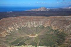 Lanzarote - mire el Blanca gigante de la caldera del cráter Imagen de archivo libre de regalías