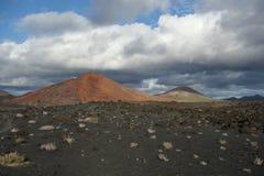 Lanzarote - Montana Bermeja van Playa Bermeja wordt gezien die stock fotografie