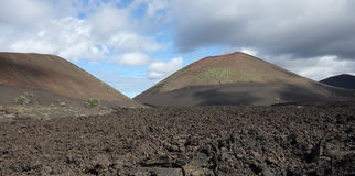 Lanzarote - Montana de Pedro Perico med lavafältet framme Arkivbilder
