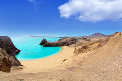 Lanzarote Papagayo turkosstrand och Ajaches Royaltyfri Bild