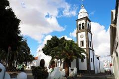 LANZAROTE SPANIEN - APRIL 20, 2018: Den Arrecife gränsmärkeSan Gines kyrkan med tornet sätter en klocka på, Lanzarote, Spanien royaltyfria foton