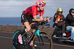 LANZAROTE, SPANIEN - 21. MAI: Fahrten Sportler-Lucy Charless (16, GBR) Lizenzfreies Stockfoto