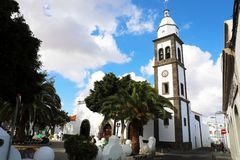 LANZAROTE, SPANJE - APRIL 20, 2018: Arrecife oriëntatiepuntsan Gines kerk met torenklokken, Lanzarote, Spanje royalty-vrije stock foto's