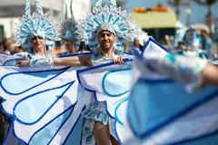 LANZAROTE, SPANJE - 14 FEBRUARI: Vrouwen in kostuums in Carnaval binnen Royalty-vrije Stock Foto