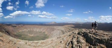 Lanzarote - Wanderer auf der Kraterkante von Kessel-BLANCA Stockfotos
