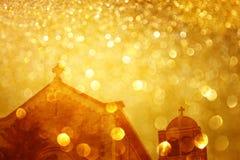 Lanzas de la cerca y explosión de la luz del oro del brillo Foto de archivo libre de regalías
