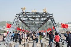 LANZHOU KINA - OKTOBER 2 2014: Besökare på den Sun Yat-sen bron (Zhon Arkivfoto