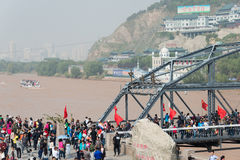 LANZHOU KINA - OKTOBER 2 2014: Besökare på den Sun Yat-sen bron (Zhon Arkivbild