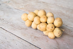 Lanzones owoc na drewnianym stole (Longkong) Zdjęcia Royalty Free