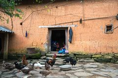 Lao Cai, Вьетнам - 7-ое сентября 2017: Крупный план дома стиля самана стены толстый с этнической девушкой вышивает на двери на ее стоковые фото