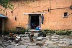 Lao Cai, Вьетнам - 7-ое сентября 2017: Крупный план дома стиля самана стены толстый с этнической девушкой вышивает на двери на ее стоковые изображения rf