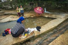 Lao Cai, Вьетнам - 7-ое сентября 2017: Одежды женщины этнического меньшинства моя на водоснабжении в y Ty, районе Xat летучей мыш Стоковые Фотографии RF