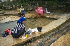 Lao Cai, Vietnam - 7 de septiembre de 2017: Ropa que se lava de la mujer de la minoría étnica en el abastecimiento de agua en Y T Fotos de archivo libres de regalías
