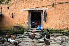 Lao Cai, Vietnam - 7 Sep, 2017: Close-up van het de stijlhuis van de muur borduurt de dikke adobe met Etnisch meisje op deur bij  royalty-vrije stock foto