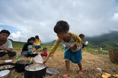 Lao Cai, Vietnam - 7 settembre 2017: Famiglia dell'agricoltore di minoranza etnica pranzando sul giacimento del riso in Sapa Immagini Stock Libere da Diritti
