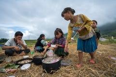Lao Cai, Vietnam - 7 settembre 2017: Famiglia dell'agricoltore di minoranza etnica pranzando sul giacimento del riso in Sapa Fotografie Stock