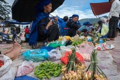 Lao Cai, Vietname - 7 de setembro de 2017: Mercado local em Y Ty, distrito de Xat do bastão A maioria de povos da minoria étnica  imagens de stock