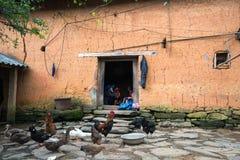 Lao Cai Wietnam, Sep, - 7, 2017: Ścienny gęsty adobe stylu domu zbliżenie z Etniczną dziewczyną haftuje na drzwi przy jej domem z zdjęcia stock