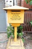 Lao Post Mailbox perto da estrada em Vientiane, Laos fotos de stock