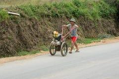 LAOCAI,越南, 6月10日:工作在米fie的未认出的农夫 图库摄影