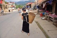 LAOCAI,越南, 6月11日:未认出的人日常生活在Tu 免版税库存图片
