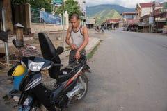 LAOCAI,越南, 2015年6月10日:租的摩托车在Sapa stree 免版税库存照片