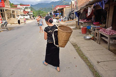 LAOCAI, VIETNAM, EL 11 DE JUNIO: vida de cada día de la gente no identificada en el Tu Imágenes de archivo libres de regalías