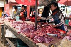 Laos: En kvinna som säljer kött på marknaden i Luang Brabang royaltyfri foto