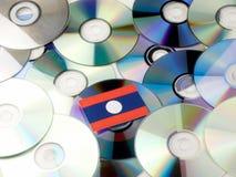 Laos flaga na górze cd i DVD stosu odizolowywającego na bielu Fotografia Royalty Free