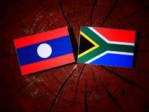 Laos flaga z południe - afrykanin flaga na drzewnym fiszorku odizolowywającym Fotografia Stock