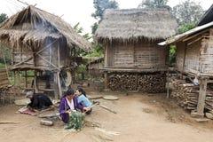 Laos-Hügel-Stamm-Leute-spinnende Körbe stockbild